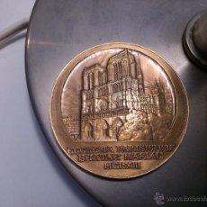 Medallas históricas: MEDALLA MONEDA BRONCE NOTRE DAME Y VIRGEN MARIA DIAM. 5,4CM. Lote 47685192