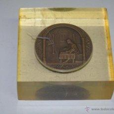 Medallas históricas: MEDALLA MEDALLÓN DE BRONCE DEL ATENEO DE MÁLAGA. AÑO 1969. PISAPAPELES METACRILATO. Lote 48308553
