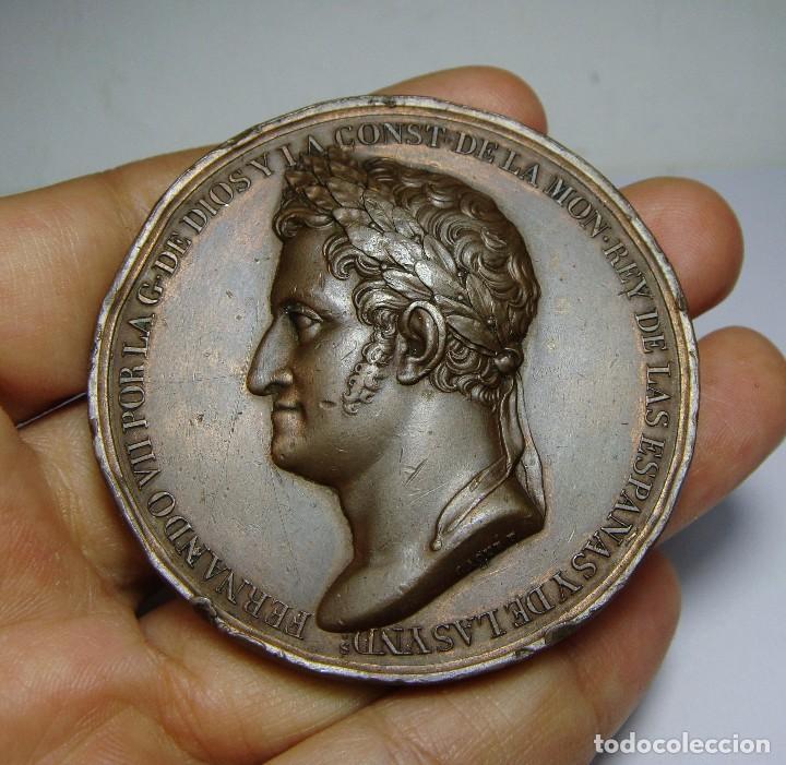 PRECIOSA Y ESCASA MEDALLA DE FERNANDO VII. RESTAURACIÓN DE LA CONSTITUCIÓN. 1820. BONITA PATINA. (Numismática - Medallería - Histórica)