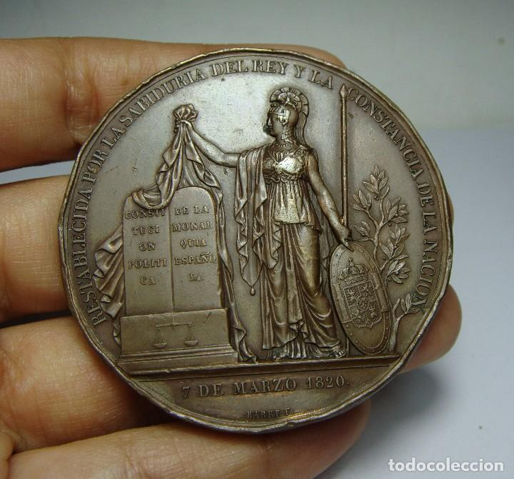 Medallas históricas: Preciosa y escasa medalla de FERNANDO VII. Restauración de la Constitución. 1820. Bonita patina. - Foto 2 - 65543086