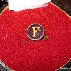 Medallas históricas: RARA INSIGNIA REDONDA ANTIGUA F MILITAR ? AÑOS 40 FALANGE ?. Lote 70239129