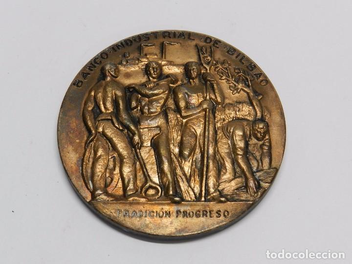 MONEDA DEL BANCO INDUSTRIAL DE BILBAO, TRADICION PROGRESO, 107 AÑOS, MIDE 7,7 CMS DE DIAMETRO. (Numismática - Medallería - Histórica)