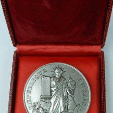 Medallas históricas: MEDAILLE OFFERT PAR JACQUES CHIRAC, PRESIDENT DE LA REPUBLIQUE FRANCAIS, MEDALLA, MIDE 6,9 CMS Y PES. Lote 80167145