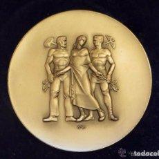 Medallas históricas: ANTIGUA MEDALLA DORADA EN SU ESTUCHE ORIGINAL EMPLEADOS PALATINE ECONOMÍA, 1950 - 80 MM - 200 GR- . Lote 81031496