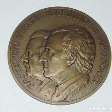 Medallas históricas: MEDALLA CONMEMORATIVA DE ENCUENTRO ESPAÑA / ARGENTINA EN DEMOCRACIA, VISITA DEL SR. D. RAUL ALFONSIN. Lote 245090700