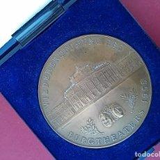 Medallas históricas: MEDALLA CONMEMORATIVA DE LA REAPERTURA DEL BURGTHEATERS. VIENA 1955. Lote 95988875