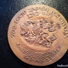 Medallas históricas: MEDALLA DE BRONCE REYES DE POLONIA 700 ANIVERSARIO 1282-1982 GDANSK,ESCUDO AGUILA EN RELIEVE,. Lote 98048791