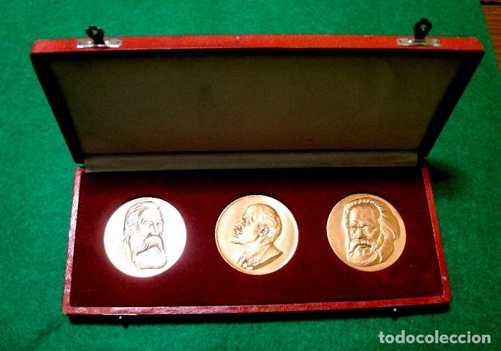 ESTUCHE CON TRES MEDALLAS CON LA EFIGIE DE MARX ENGELS Y LENIN RDA AÑOS 60-70 (Numismática - Medallería - Histórica)