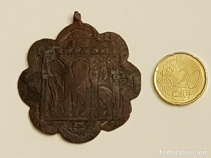 Medallas históricas: Pinjante gótico de cobre de 8 lóbulos. León alado, San Marcos bajo tres arcos. Siglo XIV-XV - Foto 2 - 111386187