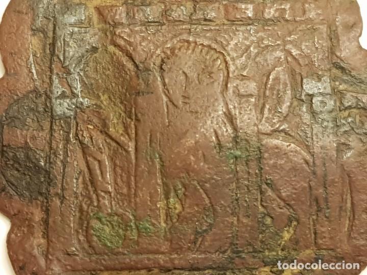 Medallas históricas: Pinjante gótico de cobre de 8 lóbulos. León alado, San Marcos bajo tres arcos. Siglo XIV-XV - Foto 3 - 111386187