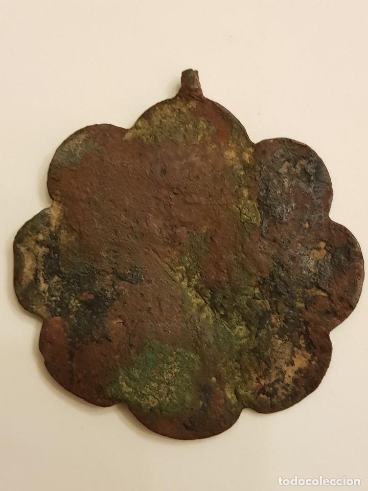 Medallas históricas: Pinjante gótico de cobre de 8 lóbulos. León alado, San Marcos bajo tres arcos. Siglo XIV-XV - Foto 4 - 111386187