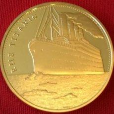 Medallas históricas: MONEDA ORO PLATEADA CONMEMORATIVA DEL TITANIC CON SU NOMBRE Y SU RUTA DE VIAJE. Lote 105978271