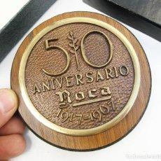 Medallas históricas: PISAPAPELES MONEDA DEL 50 ANIVERSARIO DE LA COMPAÑIA ROCA, BARCELONA. 1917-1967. Lote 118105631