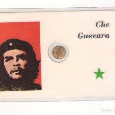 Medallas históricas: TARJETA DE CHE GUEVARA CON MEDALLA PEQUEÑA ANVERSO SU CARA Y REVERSO LA ESTRELLA. Lote 125320267