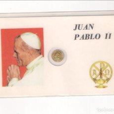 Medallas históricas: TARJETA DE JUAN PABLO II CON MEDALLA PEQUEÑA CON SU CARA EN EL ANVERSO Y PASTOR EN EL REVERSO. Lote 125321455