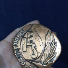 Medallas históricas: MEDALLA METAL COBRIZO SINDICALISMO 1972 IES SINDICATOS SOCIALISMO 8X8CMS. Lote 131179336
