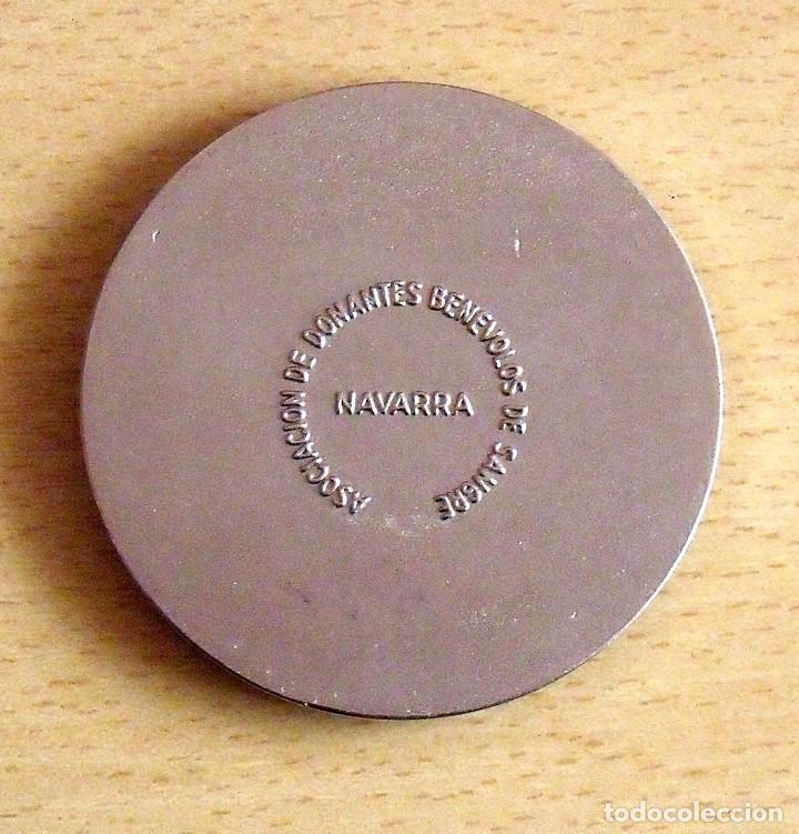 Medallas históricas: MEDALLA COLOR PLATA ASOCIACIÓN DONANTES BENÉVOLOS DE SANGRE DE NAVARRA. 1958. - Foto 2 - 131560014