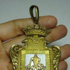 Medallas históricas: ANTIGUA MEDALLA CON ESCUDO DE CÁDIZ. ÉPOCA DE FRANCO. PLATA CON BAÑO DE ORO Y ESMALTE.. Lote 132279794