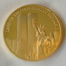 Medallas históricas: MONEDA DE ORO RECUERDO TORRES GEMELAS 911 DEL HOGAR LIBRE DE VALIENTES (NUEVA). Lote 132920962
