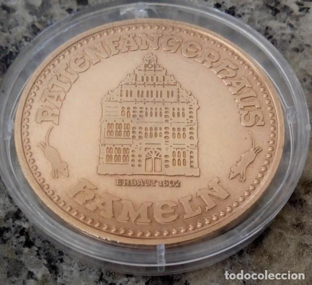 Medallas históricas: BONITA MONEDA DE COBRE DEL FLAUTISTA DE HAMELIN CONOCIDO COMO EL CAZADOR DE RATAS DE HAMELIN - Foto 2 - 137605434