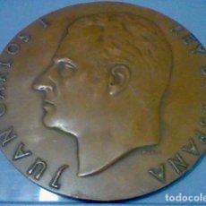 Medallas históricas: REY ESPAÑA JUAN CARLOS I 22 NOV 1975 MEDALLA MANO TONO COBRE . Lote 139363438