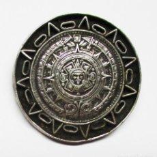 Medallas históricas: PRECIOSA MEDALLA DEL CALENDARIO AZTECA CON AGUJA PARA COLGAR EN PLATA DE 925/000. LOTE 0074. Lote 152091966