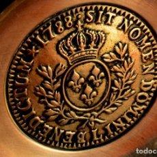 Medallas históricas: GRAN MEDALLON DE BRONCE 1788 SIT NOMEN DOMINIT BENEDICTUM SOBRE PLATO DE ALPACA. Lote 152846566