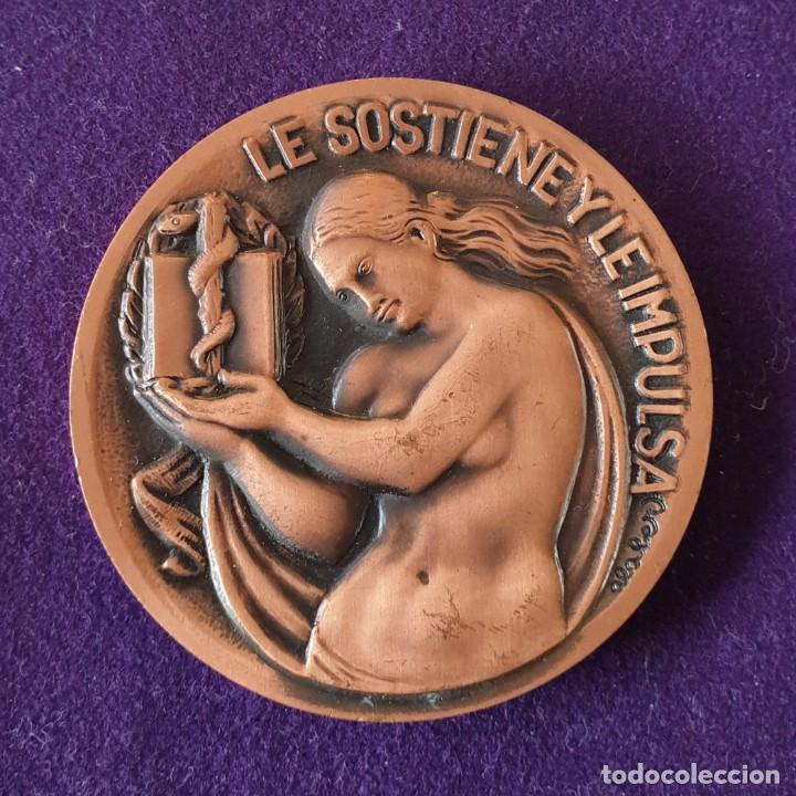Medallas históricas: MEDALLA HOMENAJE A LA MUJER DEL MEDICO. LE SOSTIENE Y LE IMPULSA. FIRMADA POR ALABERT. COBRE. - Foto 2 - 155493754