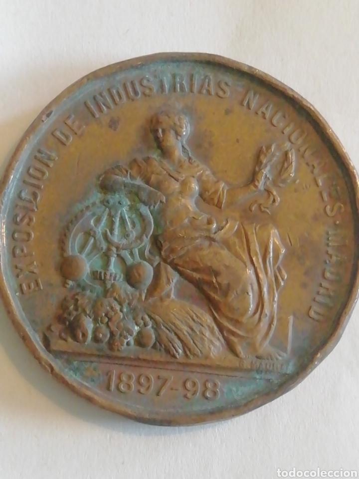 Medallas históricas: Alfonso XIII Rey Constitucional de España expo de industrias nacionales de Madrid 1897-98 - Foto 2 - 158698581