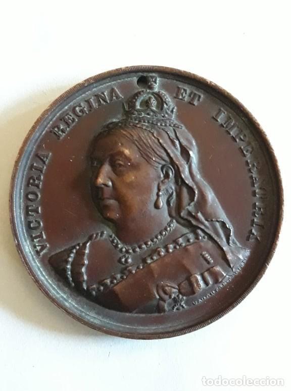 MEDALLA EN BRONCE CONMEMORANDO 60 AÑOS DE REINADO DE LA REINA VICTORIA 1837 1897 FIRMADO VAUGHTON (Numismática - Medallería - Histórica)