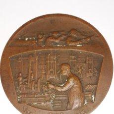 Medallas históricas: WW1 MEDALLA EN BRONCE .AUX POILUS D'USINE.FRANCIA. Lote 160260316