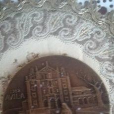 Medallas históricas: MEDALLON CONMEMORATIVO IV CENTENARIO DE SANTA TERESA. Lote 165539414