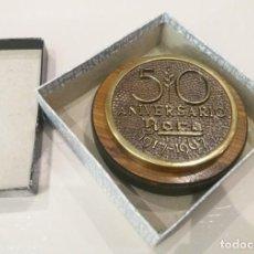 Medallas históricas: PISAPAPELES. CONMEMORATIVO ROCA 50 ANIVERSARIO. BRONCE Y MADERA, EN SU CAJA (1967). Lote 166131226