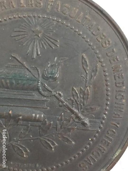 Medallas históricas: MEDALLA CONMEMORATIVA DE LA INAUGURACIÓN DE OBRAS FACULTADES DE MEDICINA Y CIENCIAS ZARAGOZA 1.887 - Foto 3 - 169601144