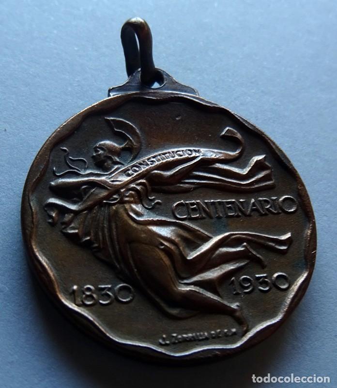 Medallas históricas: MEDALLA CONMEMORATIVA DEL CENTENARIO JURA DE LA CONSTITUCIÓN DE LA REPÚBLICA O.DEL URUGUAY 1830 - Foto 3 - 170359688