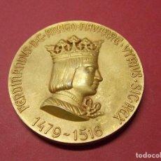 Medallas históricas: MEDALLA REY FERNANDO - EN BRONCE DORADO - CALICO BARCELONA 1968 - REYES DE ESPAÑA... L90. Lote 170712235