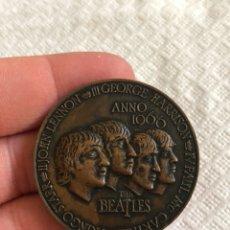 Medallas históricas: BONITA MELLA CONMEMORATIVA DE LOS BEATLES. Lote 170975787