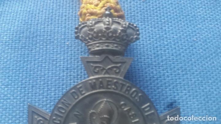 Medallas históricas: ANTIGUA MEDALLA CONMEMORATIVA DE LA REAL ASOCIACION DE MAESTROS DE PRIMERA ENSEÑANZA - MUY RARA - Foto 3 - 172451937