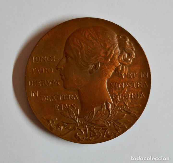 Medallas históricas: INGLATERRA, 1897. MEDALLA DE COBRE DE LA REINA VICTORIA VICTORIA DE INGLATERRA. LOTE 0086 - Foto 2 - 172643283