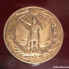 Medallas históricas: ANTIGUA MEDALLA CONMEMORATIVA DE PLATA DORADA, DE LA COLONIA JAPONESA A LA NACIÓN PERUANA. Lote 173922765
