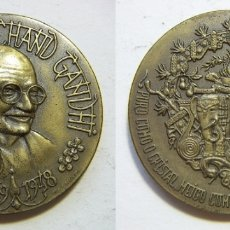 Medallas históricas: MEDALLA DE BRONCE MAHATMA GANDHI 1869-1948 GRABADOR J.SOUSA 41 MM. Lote 175492690