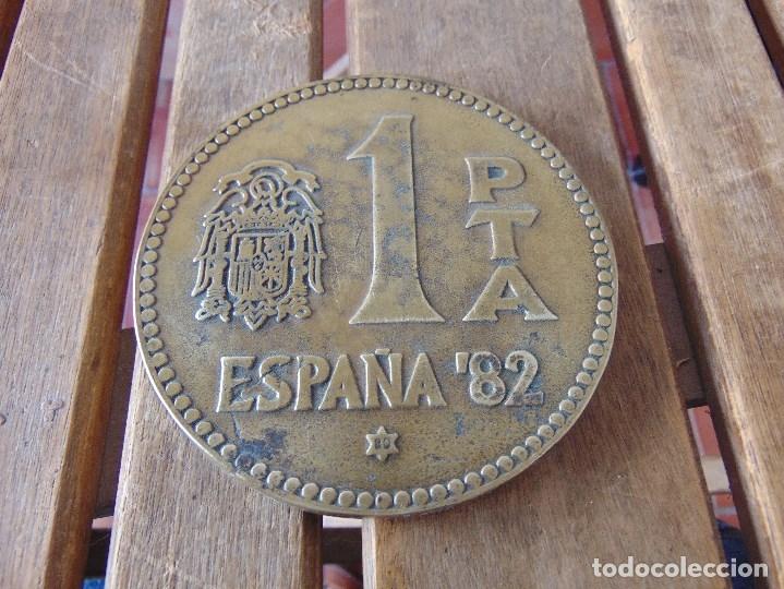 GRAN MEDALLA MONEDA LA HISTORIA DE LA PESETA P.T.A ESPAÑA 82 METAL O BRONCE 11.5 CM DE DIAMETRO (Numismática - Medallería - Histórica)