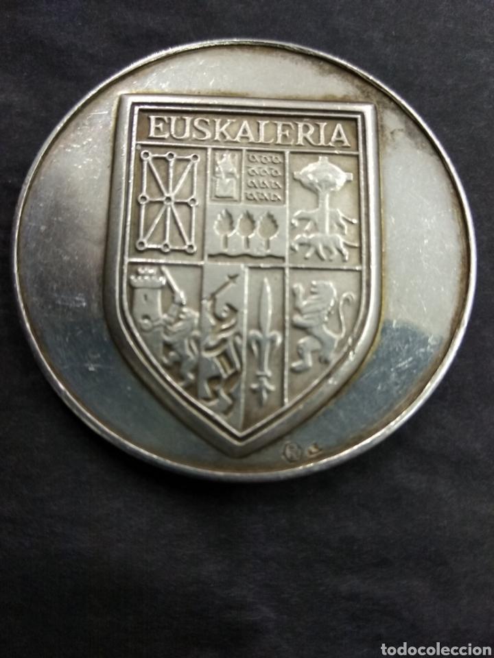 Medallas históricas: ANTIGUA MEDALLA VASCA ESCUDO EUSKALERRIA PAIS VASCO ARBOL GERNIKA LEYENDA PLATA PUNZONADA - Foto 2 - 178100997