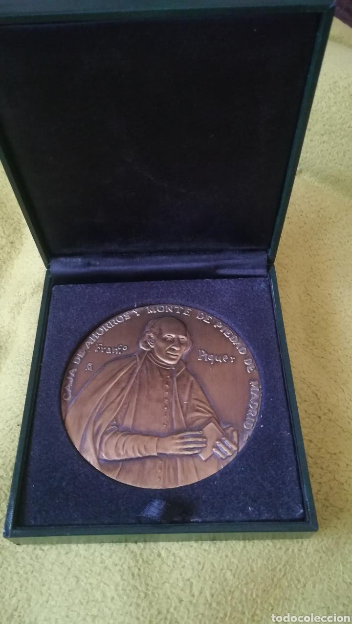 MEDALLON, III CENTENARIO DE LA CAJA DE AHORROS Y MONTE DE PIEDAD DE MADRID (Numismática - Medallería - Histórica)