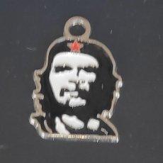 Medallas históricas: COLGANTE METALICO CUBANO REPRESENTA *EL CHE GUEVARA* EN METAL ESMALTADO. Lote 201108333