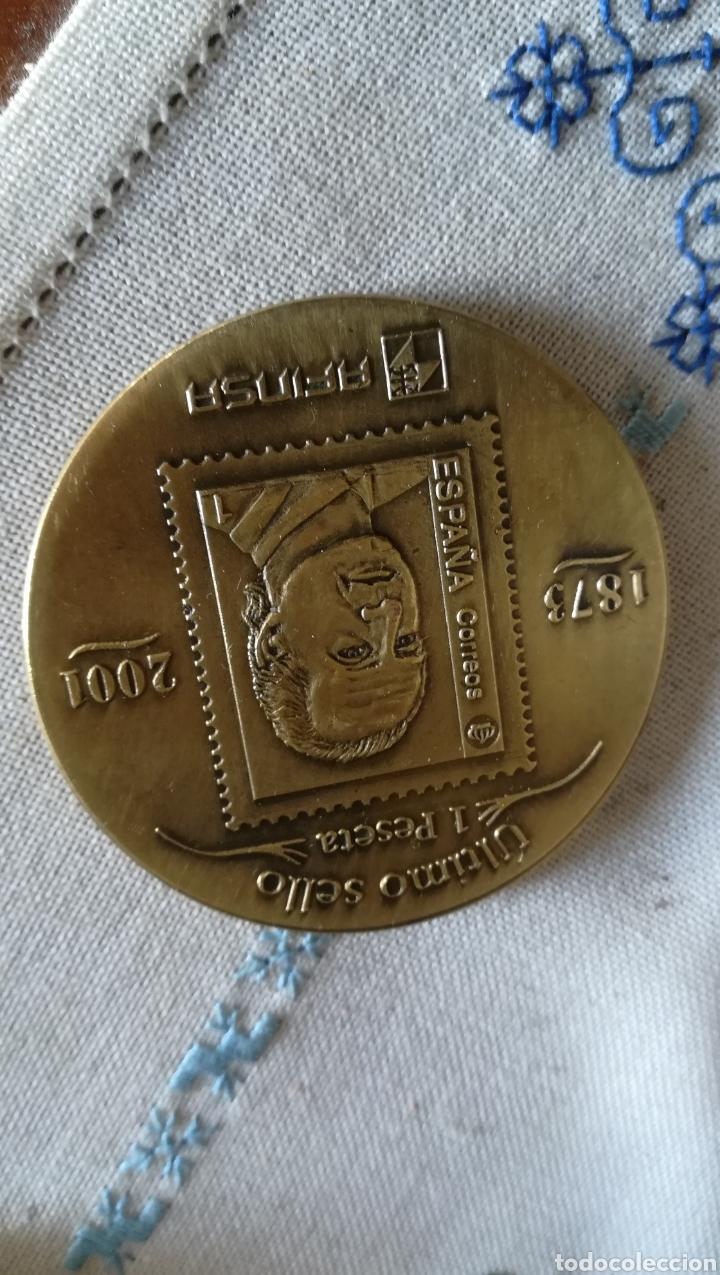 Medallas históricas: Medalla conmemorativa primer y último sello de 1 peseta - Foto 2 - 181469950