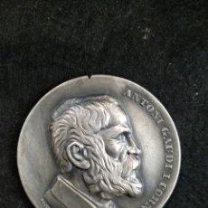 Medallas históricas: MEDALLA ANTONI GAUDÍ Y CORNET. 5CM MEDALLAS PUJOL. Lote 181610423