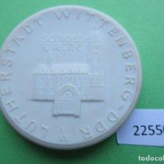 Medallas históricas: MEDALLA DE CERAMICA DE MEISSEN, WITTENBERG DDR RDA CIUDAD DE LUTERO 1983, ALEMANIA PORCELANA. Lote 182043058