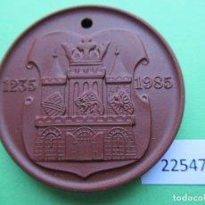 Medallas históricas: MEDALLA DE CERAMICA DE MEISSEN, WILHELM-PIECK-STADT GUBEN DDR RDA 1985, ALEMANIA PORCELANA. Lote 182043333