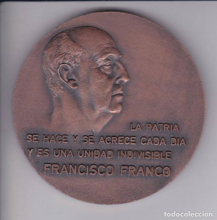 GRAN MEDALLA FRANCISCO FRANCO ESCUDO ESPAÑA LA PATRIA SE HACE Y SE ACRECE CADA DIA - DIAMETRO 8CM (Numismática - Medallería - Histórica)